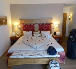 Liebevoll geschmücktes Bett Hotel Staudacherhof