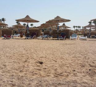 Strand mit Sonnenschirmen und Seitenschutz