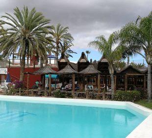 Pool und Grillrestaurant Hotel Miraflor Suites