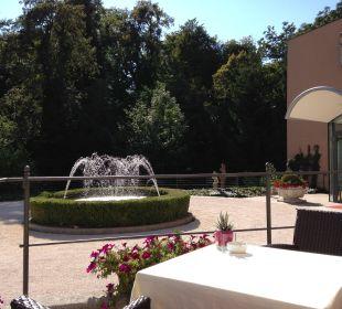Vorm Hoteleingang Hotel Schloss Mönchstein