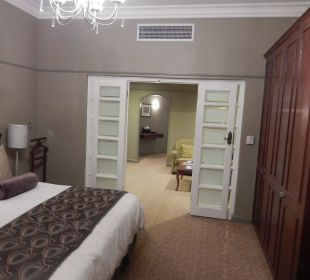 Blick ins Schlafzimmer und in den Salon Hotel Winchester Mansions