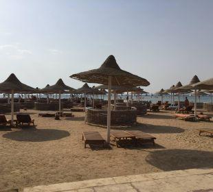 Strand mit Schirmen und Liegen