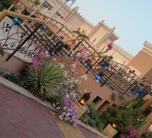 Eingangasbereich des Hotels. Nachts beleuchtet