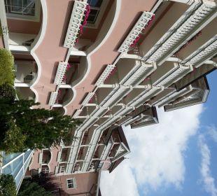 Vista hotel dal giardino Cavallino Bianco Family Spa Grand Hotel