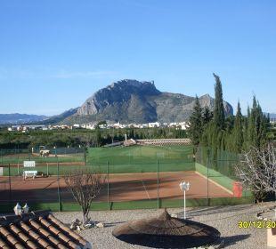 Blick über hoteleigene Tennis- und Reitanlage Hotel Los Caballos