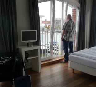 Mit Blick auf Hafen und Schleuse im-jaich boardinghouse bremerhaven