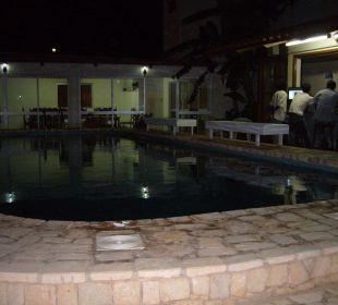 Blick auf Pool und Bar am Abend Hotel Pousada da Luz