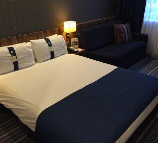 Doppelbett und Couch Hotel Holiday Inn Express Hamburg City Centre