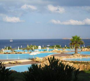 Ausblick vom Balkon über die Pools zum Meer Colonna Resort