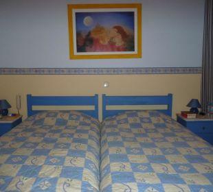 Doppelbett im Familienzimmer Hotel Omorfi Poli