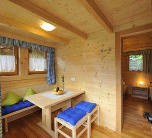 Tiroler Hütte mit Wohnraum, Sitzecke, Küchenblock feel free Adventure Camp