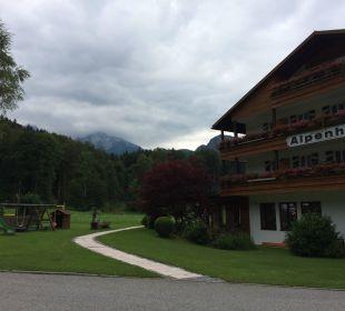 Blick vom Parkplatz zum Watzmann Alm- & Wellnesshotel Alpenhof