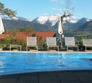 Außenpool mit Blick auf die Berge Hotel Allgäu Sonne