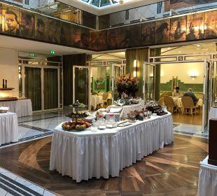 Weg zum Frühstück Best Western Premier Grand Hotel Russischer Hof