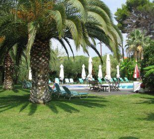 Basen i otaczający go ogród Hanioti Village Hotel