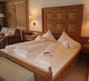 Bett mit Zirbenvertafelung Hotel Post Lermoos