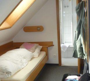 Ein Bett unter der Dachschräge - mit Blick ins Bad Hotel Waldhorn Stuttgart