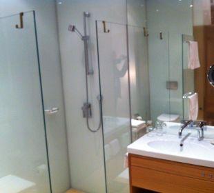 Badezimmer Dusche und Lavabo Hotel am See
