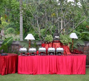 Rumah Isah - Festliches Buffet im Garten Nusa Indah Bungalows & Villa