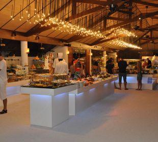 Kochinsel im Restaurant -der  Boden ist aus Sand Lily Beach Resort & Spa