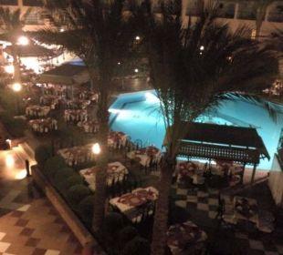 Vom Zimmer auf das Restaurant am Pool