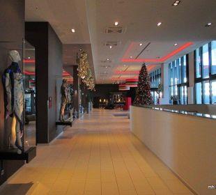 Blick über Eingangsbereich zur Rezeption Leonardo Royal Hotel Munich