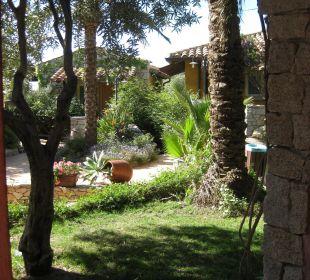 Blick von der Terrasse auf die Gartenanlage Hotel Cruccuris Resort