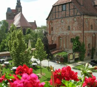 Blick aus dem Zimmer des Schlosses auf die alte Ka Ringhotel Schloss Tangermünde