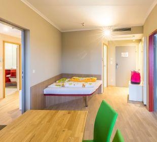Wohnbereich mit Sitzecke & Wickeltisch All In Red Thermenhotel
