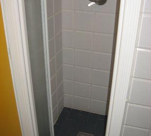 Die etwas schmale Dusche