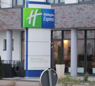 Eingang vom Hotel Holiday Inn Express Hotel Bremen Airport