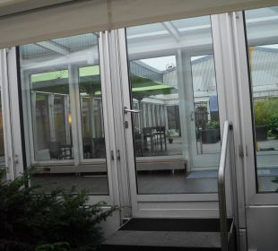 Blick zur Terrasse vom Raucherbereich aus Sheraton Düsseldorf Airport Hotel