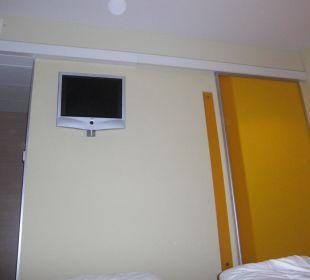 TV, rechts davon der Eingang zum Bad