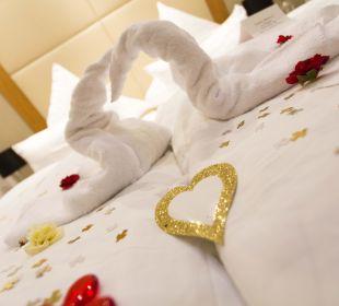 Liebevoll dekoriertes Hochzeitsbett Inselhotel König