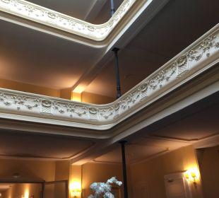 Stilvolles Treppenhaus Hotel Reine Victoria by Laudinella
