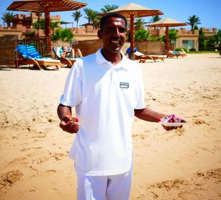 Ahmed mit frischen Datteln
