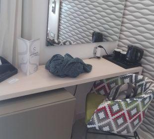 Schreibtisch mit Kühlschrank (sehr leise)  Smartline Semiramis City Hotel