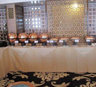 Viele große Behälter für ind. Essen Clarks Shiraz Hotel