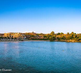 Blick vom Hafen zum Hotel Hotel Baia Caddinas