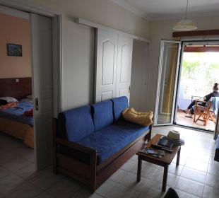 Wohnraum mit Blick auf Balkon Hotel Robolla Beach