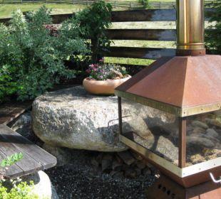 Sitzecke mit Kamin im Garten