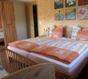 Schlafzimmer mit Doppelbett in der Fewo Hase Ferienbauernhof Oberjosenhof