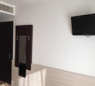 Wohnraum mit TV und Klima Hotel Eraclea Palace