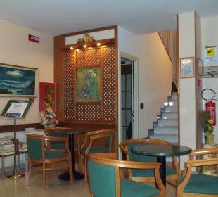 Vorraum mit Treppe und Aufzug Hotel Fortunella
