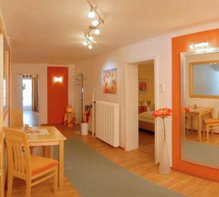 Großzügiger Vorraum mit Garderobe Apartment Hotel Bio-Holzhaus Heimat