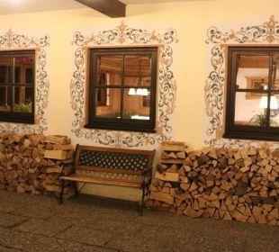 Links vom Eingang Berghotel Tirol