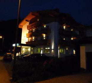 Haupteingang bei Nacht 2 Hotel Vier Jahreszeiten