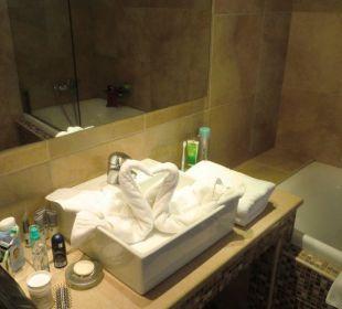 Badezimmer mit ausreichend Ablagemöglichkeiten Hotel Royal Heights Resort