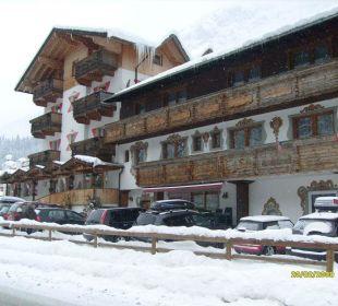Ansicht Straßenseite (von rechts) Hotel Alpenhof