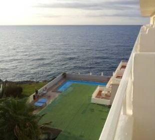 Blick vom Balkon aufs Meer und den kleinen Pool JS Hotel Cape Colom